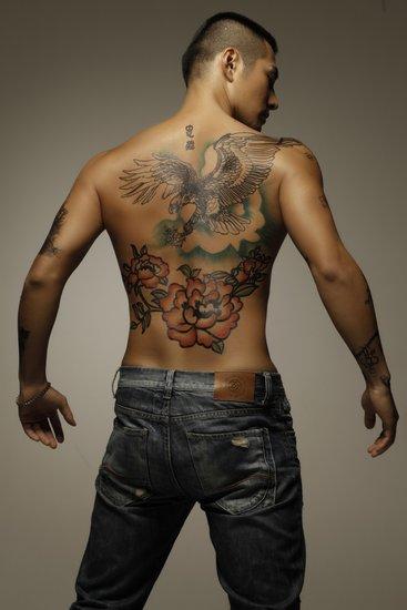 性感纹身风靡全球 米勒严宽僵尸男孩展刺青诱惑