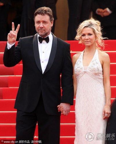组图:戛纳红毯 男星罗素-克洛和老婆甜蜜牵手