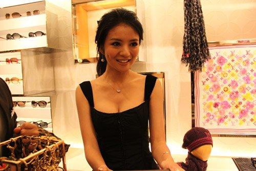 安以轩出席剪彩活动 性感亮相展甜美笑容(图)