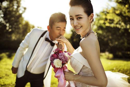 50岁王志飞再当爹妻子张定涵为其产下一女