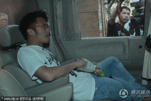 张柏芝待产众记者蹲守 谢霆锋坐车出门一语不发