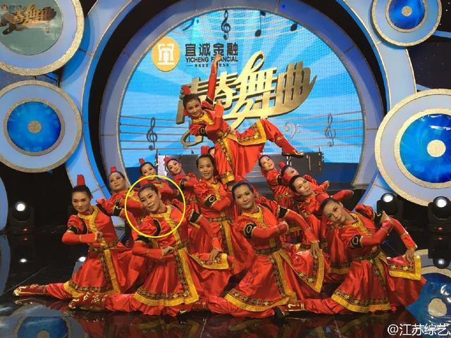 张馨予妈妈气质优雅 跳广场舞跳上了电视