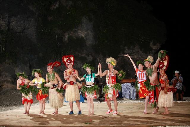 岛上又是潜泳又是品尝海鲜大餐,最后还与当地部落的原住民一同欢歌