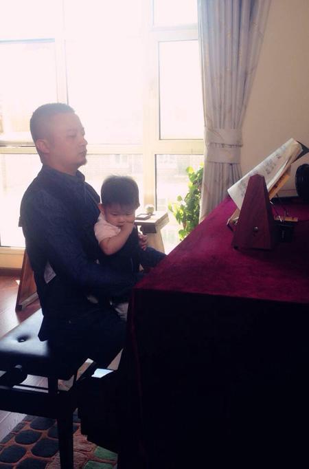 歌手熊汝霖爱女首曝光 幸福升级暖萌奶爸(图)