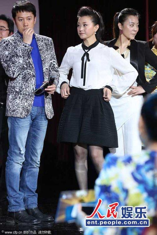 宋先君儿子英中国格莱美台上提裙 场下与姜昆私语暖和聊