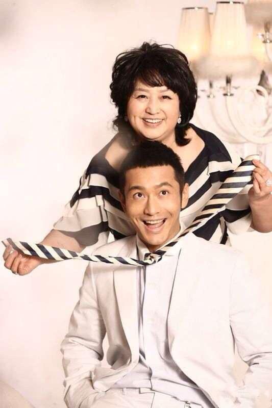 """黄晓明""""承包""""湖南卫视 或携母亲献唱跨年"""