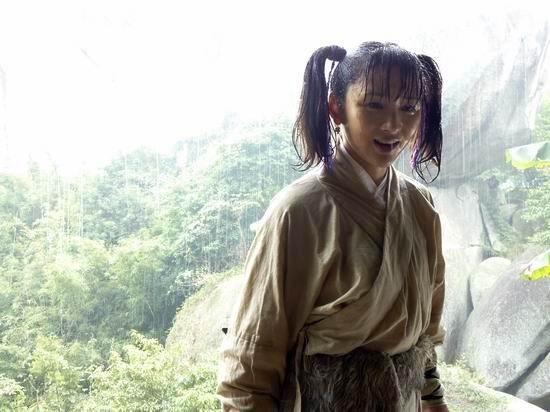 鸿利冬天拍雨戏 与吕良伟共同出演《月明三更》