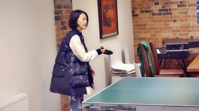 谭维维打乒乓球架势足