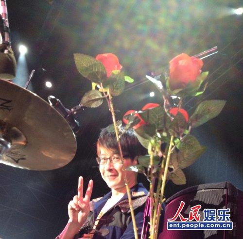 五月天巡演青岛站 万人持红玫瑰示爱替冠佑庆生
