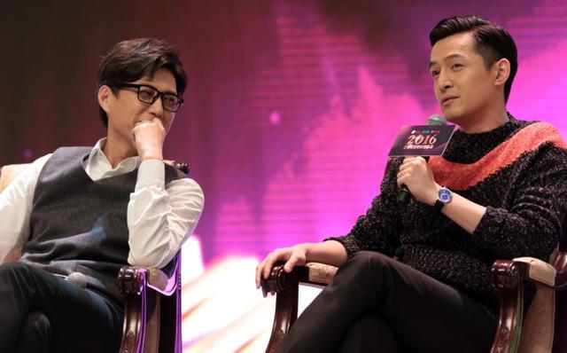 胡歌靳东示范在严肃场合秀恩爱:我们一直很硬