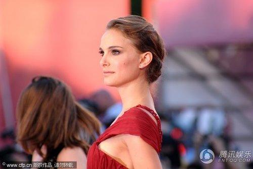 威尼斯红毯:《天鹅》女星娜塔莉红裙艳光四射