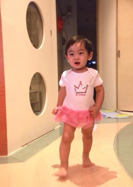 林志颖给kimi扮女装 穿粉红小短裙似女孩(图)