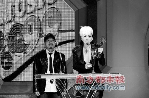 张惠妹事隔8年再登歌后宝座 听闻获奖台下落泪