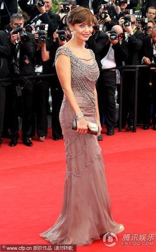 组图:戛纳电影节红毯 澳洲歌手娜塔莉大秀美背
