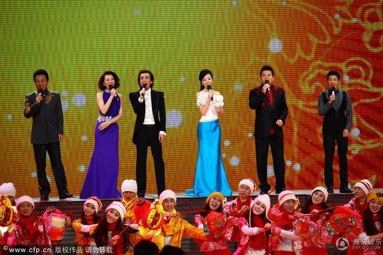央视元宵晚会成升级版春晚 蔡明唱功被赞胜王菲