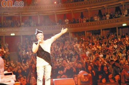 陈奕迅伦敦演唱会唱歌剧 多声道献唱冷笑话娱宾