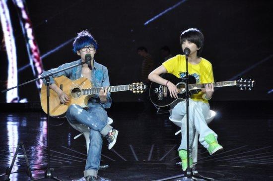 曾轶可刘忻演绎吉他原创 快女彩排现场人气爆棚