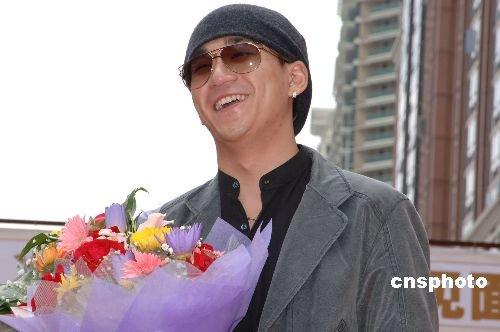 张默获释后忙拍新戏 冯小刚几次指导拍摄多遍