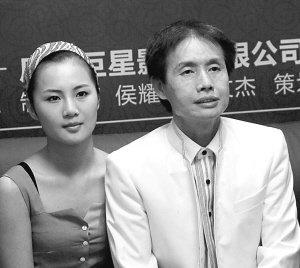 邓建国与90后妻子黄梓琪牵手亮相 称双方是真爱