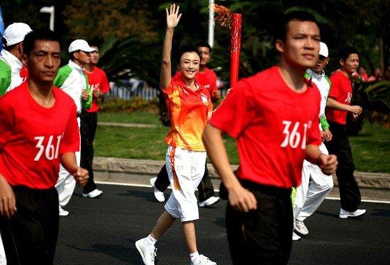 秦岚感受亚运激情 兴奋传递火炬体验志愿者工作