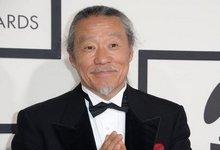 日本音乐大师喜多郎恭敬鞠躬