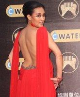 秀兰玛雅红裙亮相