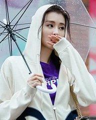 乔欣似清爽少女漫步夏日雨中