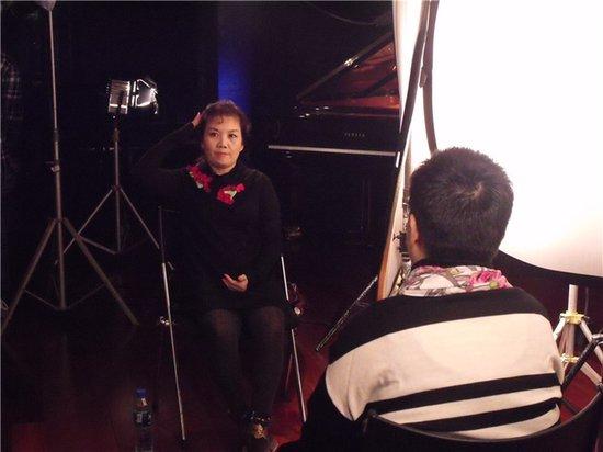 吴霜接受央视《音乐人生》专访 与张越鬼脸合影
