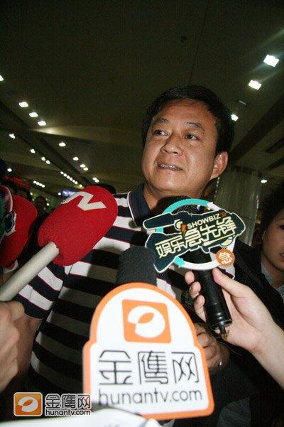 央视著名主持朱军抵长沙机场 期待与汪涵合作