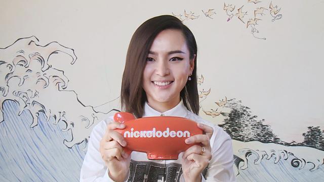 周笔畅捧起橙色飞船奖杯 获最受欢迎华语艺人