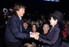 保罗・麦卡特尼与小野洋子亲切握手