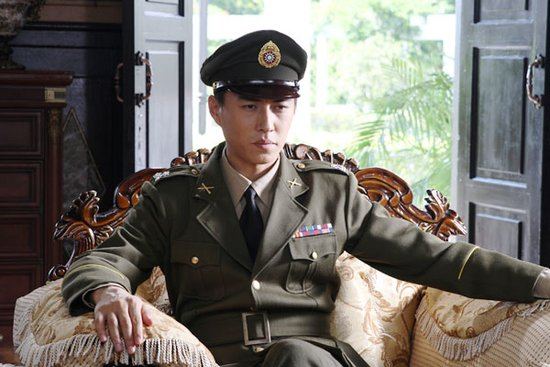 靳东首穿国军制服 《秘杀名单》当高层卧底