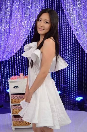 《今夜女人帮》 称变美不需谈恋爱  日前,著名演员潘长江之女潘阳亮相