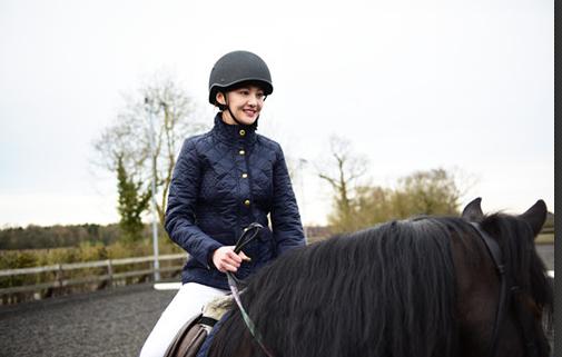 ]据节目组透露因为在骑马的过程中郑爽的马突然受惊导致...