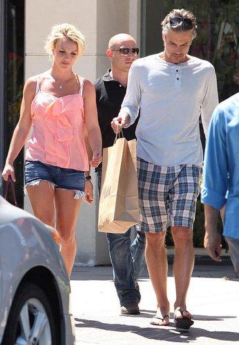 布兰妮与男友牵手度假 客串热播剧形象健康阳光