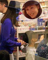 李嘉欣带儿子买玩具母爱十足