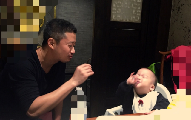 """吴京与1岁子豪迈""""对饮"""":我干了 你随意!"""