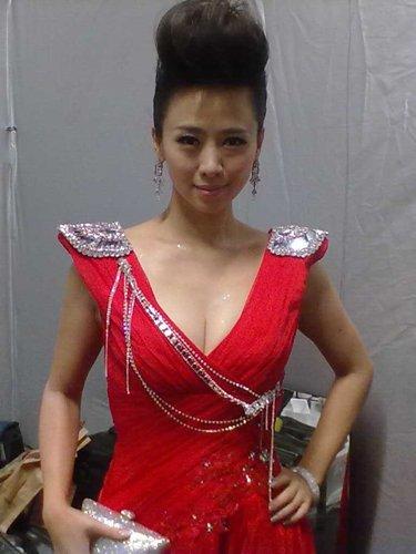 翁虹自曝红毯造型 低胸红裙秀性感