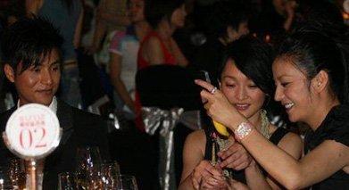 2007年芭莎慈善晚宴,赵薇周迅陈坤表现亲密