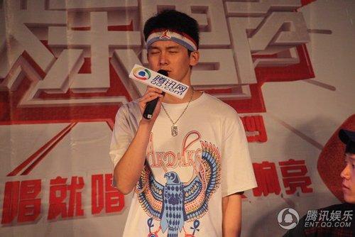 图文:快男腾讯直通区50进5晋级赛 37号季兴安