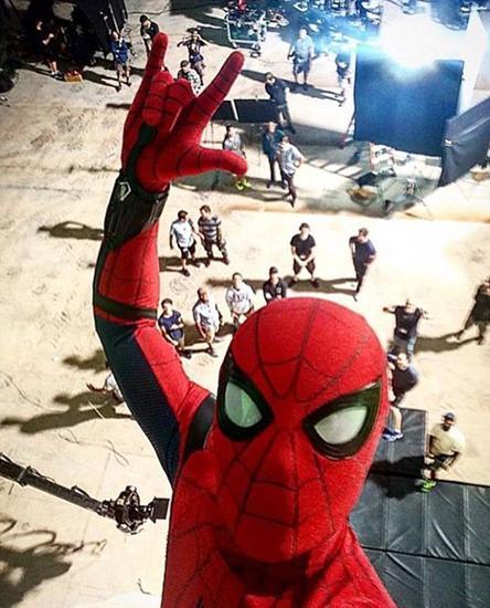 新《蜘蛛侠》1年后上映 汤姆·赫兰德晒自拍庆祝