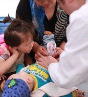 韩红团队给孩子义诊