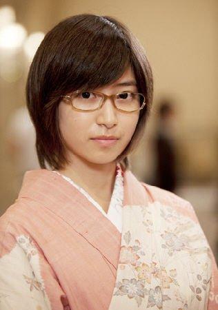南泽央奈在日剧《金牌》中展示和服眼镜打扮