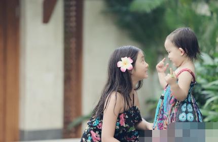 黄磊晒两个女儿美照 多多与妹妹穿同款裙子对视