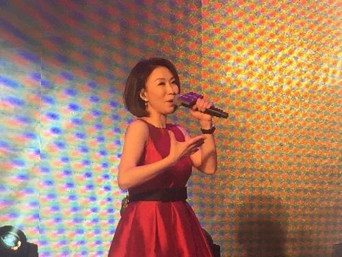 歌手李翊君参加菲律宾活动 接受歌迷现场点歌