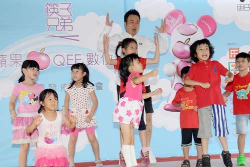 王太利与台湾小朋友跳小苹果 捐销售额做慈善