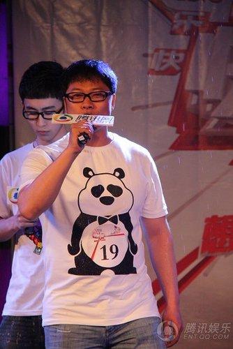图文:快男腾讯直通区50进5晋级赛 19号李楠