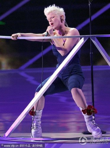 舞曲小天后Robyn白发抢镜 献唱新歌热辣全场