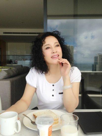刘晓庆45度角仰望天空 身材傲人肤质光滑白嫩图片