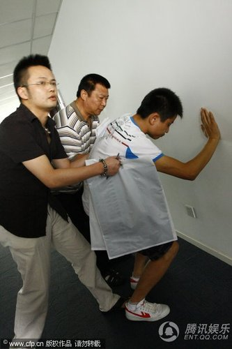 记者遭郭德纲弟子殴打 扶墙作呕公布诊断结果